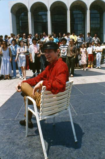Рудольф Нуреев в режиссерском кресле перед участниками балета Парижской Гранд-Опера на Линкольн-сквер в Нью-Йорке, 1987 год