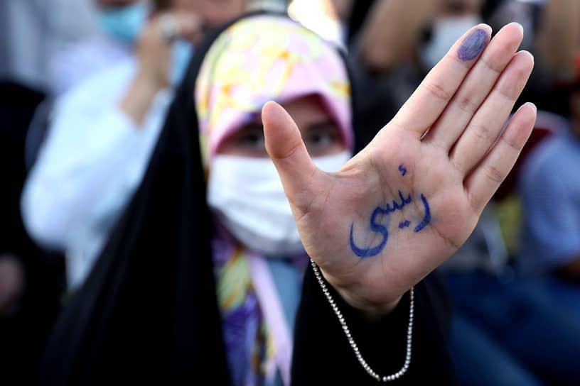 Тегеран, Иран. Фамилия кандидата в президенты страны Ибрагима Раиси, написанная на ладони участницы демонстрации