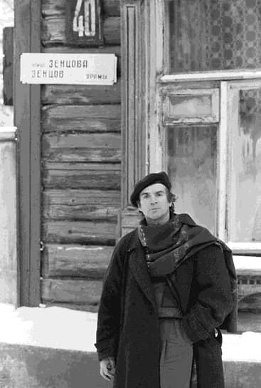 Артист балета во дворе дома по улице Зенцова в Уфе, где жила семья Нуреевых, 1987 год