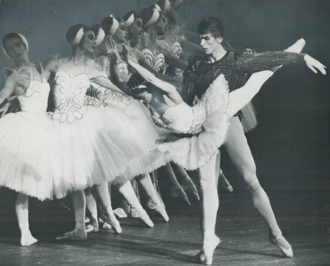 В том же году балетмейстер дебютировал на сцене Королевского театра «Ковент-Гарден» в Лондоне в балете «Жизель» в паре с примой Марго Фонтейн. На протяжении почти десять лет вплоть до ухода балерины со сцены Рудольф Нуреев оставался ее партнером
