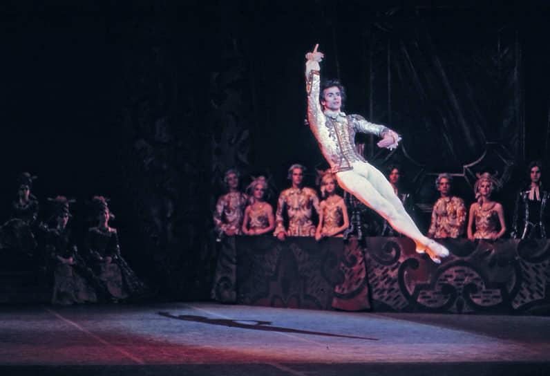 В 1960-1970-е годы Рудольф Нуреев выступал с ведущими балетными труппами мира: Гранд Опера, Ла Скала, Американским балетным театром, Национальным балетом Канады, Венской оперой, с труппами Марты Грэм и Пола Тейлора. Он исполнил почти весь классический репертуар, также принимал участие в спектаклях трупп современного балета