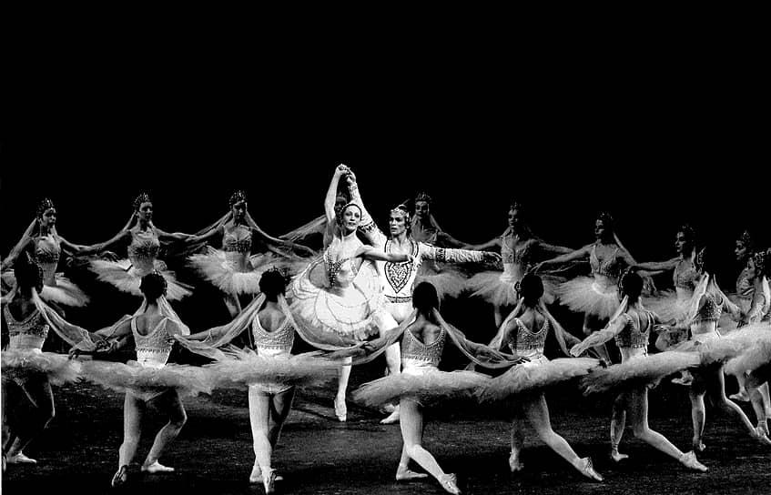 В 1987 году Рудольфу Нурееву было предоставлено право осуществить краткосрочный визит в СССР, чтобы проститься с находившейся при смерти матерью. В ноябре 1989 года он вновь посетил Советский Союз по приглашению главного балетмейстера Ленинградского государственного академического театра оперы и балета Олега Виноградова