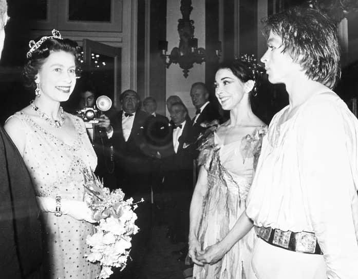 Королева Елизавета II беседует с Марго Фонтейн и Рудольфом Нуреевым после гала-представления «Пеллеас и Мелисанда» в Королевском оперном театре, 1969 год