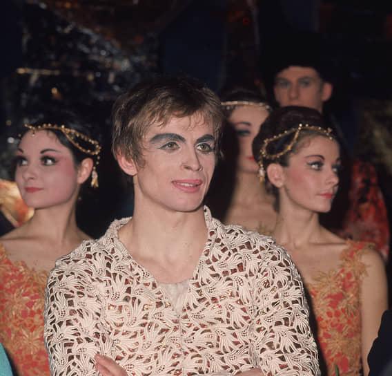 В 1964 году танцор впервые попробовал себя в качестве хореографа. Всего за несколько месяцев он создал собственные редакции классических балетов «Лебединое озеро» Петра Чайковского на сцене Венского оперного театра и «Раймонда» Александра Глазунова для гастрольной труппы Королевского балета