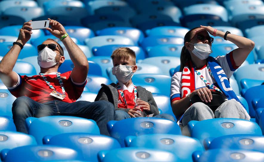 Российские болельщики на трибуне стадиона в Санкт-Петербурге
