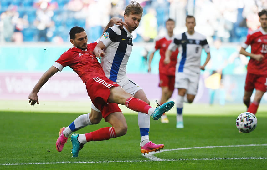 Магомед Оздоев (слева) и Расмус Шуллер в борьбе за мяч