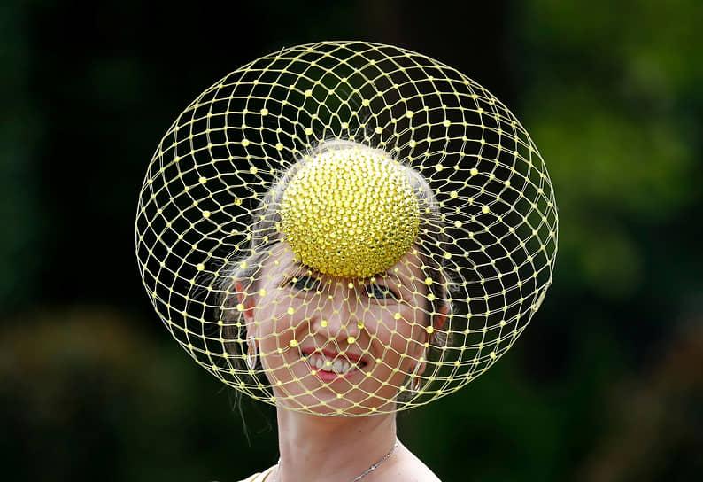 Аскот, Великобритания. Участница парада шляпок на конном турнире Royal Ascot
