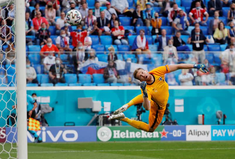 Вратарь сборной Финляндии Лукаш Градецкий в попытке отбить мяч