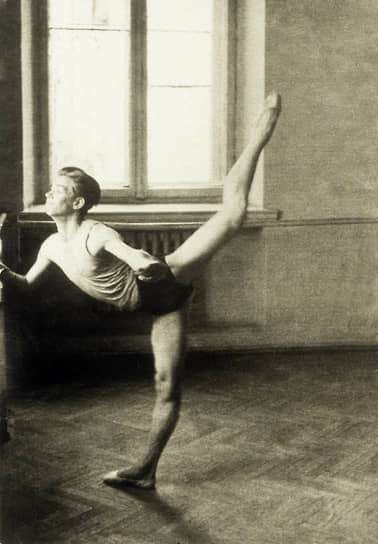 Рудольф Нуреев родился 17 марта 1938 года недалеко от станции Раздольное Приморского края в поезде «Транссибирский экспресс», который шел на Дальний Восток. До начала Великой Отечественной его семья жила в Москве, затем была эвакуирована в Уфу
