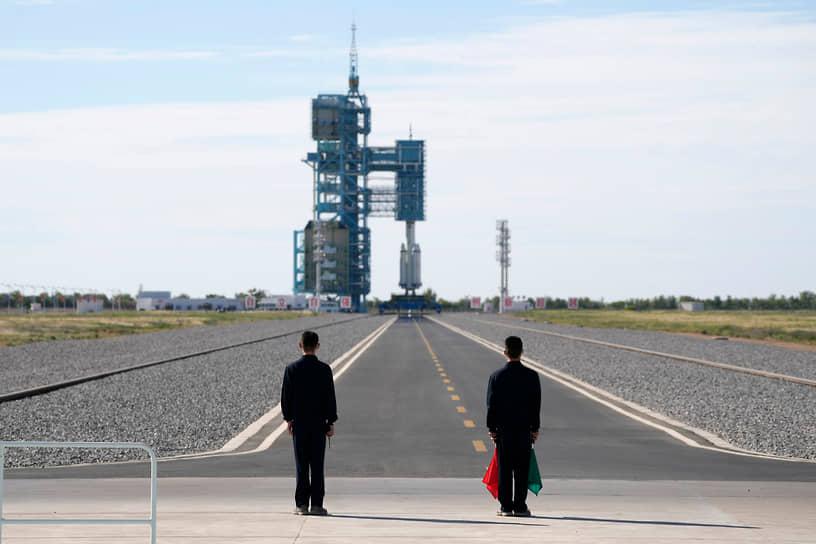 Цзюцюань, Китай. Запуск в космос пилотируемого корабля «Шэньчжоу-12» с тремя космонавтами на борту