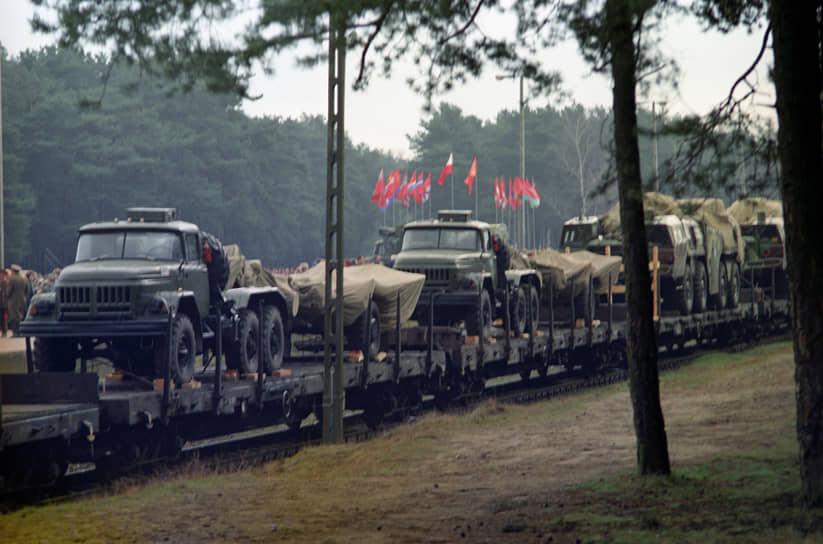 Боевые части Северной группы войск были выведены из Польши в период с мая по ноябрь 1992 года. Последние российские солдаты ушли из страны в сентябре 1993 года. Всего из Польши вывезли 46 тысяч военнослужащих, около 1 тысячи танков, 400 орудий и минометов, почти 450 самолетов и вертолетов