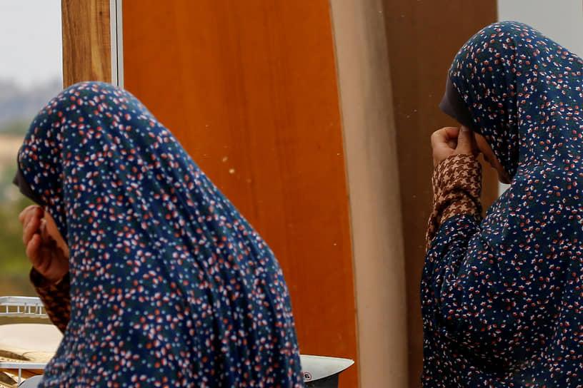 Хеброн, Западный берег реки Иордан. Палестинская женщина после сноса своего дома израильскими силовиками