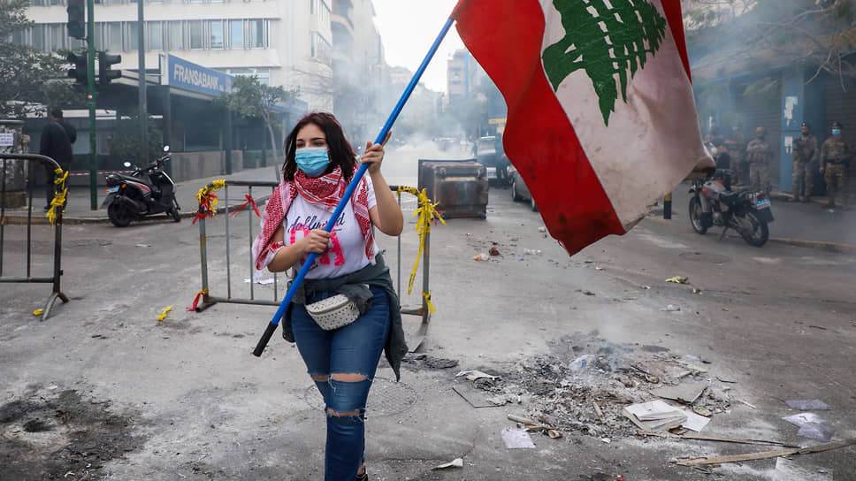 Участница акции протеста в Бейруте