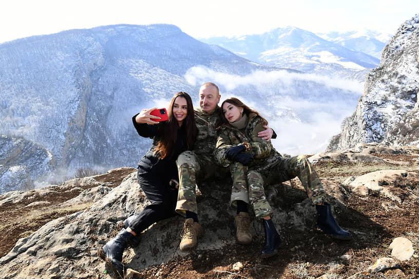 Президент Азербайджана Ильхам Алиев с женой Мехрибан (справа) и дочерью Лейлой во время традиционного праздника Новруз, 2021 год