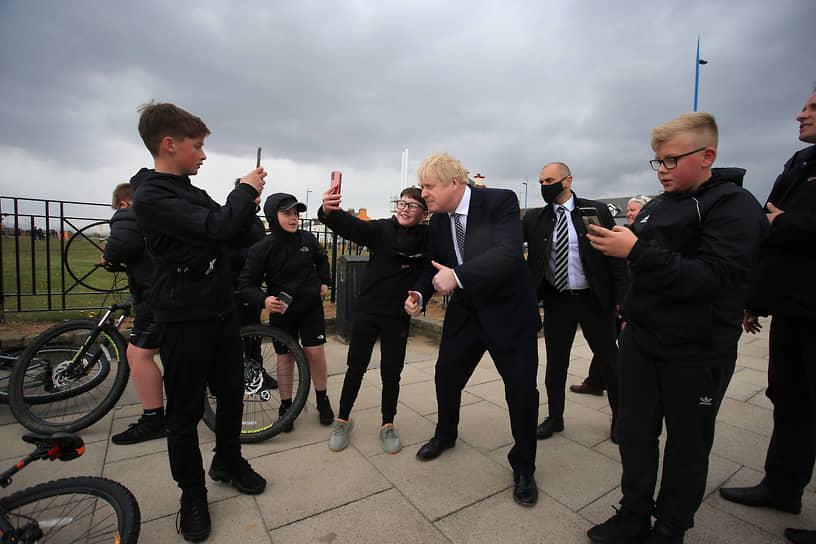 Премьер-министр Великобритании Борис Джонсон (в центре) на встрече с представителями общественности, 2021 год