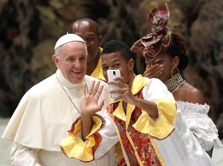 Папа римский Франциск перед началом еженедельных общих аудиенций в Ватикане, 2017 год