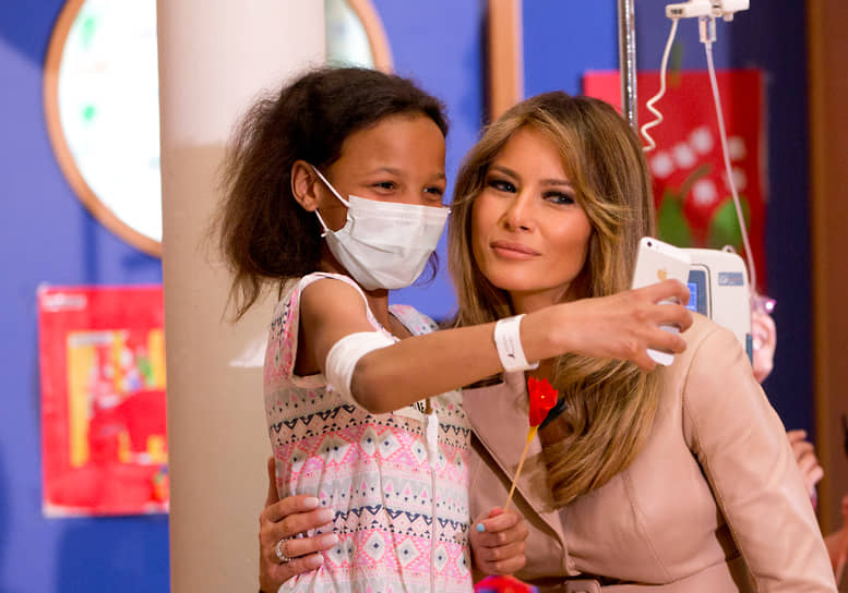 Первая леди США Мелания Трамп во время визита в детскую клинику имени королевы Фабиолы, 2017 год