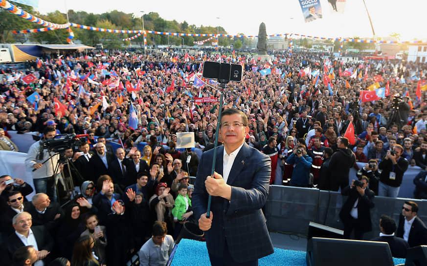 Премьер-министр Турции Ахмет Давутоглу во время митинга Партии справедливости и развития, 2015 год
