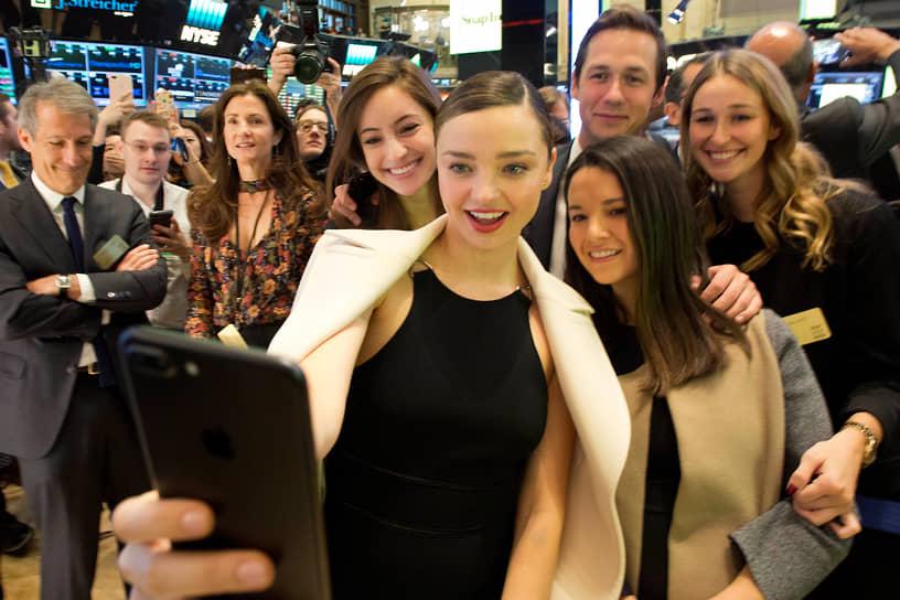 Австралийская супермодель Миранда Керр (в центре) на церемонии открытия Нью-Йоркской фондовой биржи, 2017 год