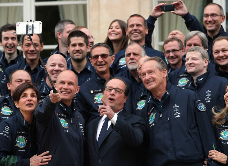 Президент Франции Франсуа Олланд (в центре) после церемонии награждения орденом Почетного легиона швейцарского исследователя Бертрана Пиккара (слева), 2017 год