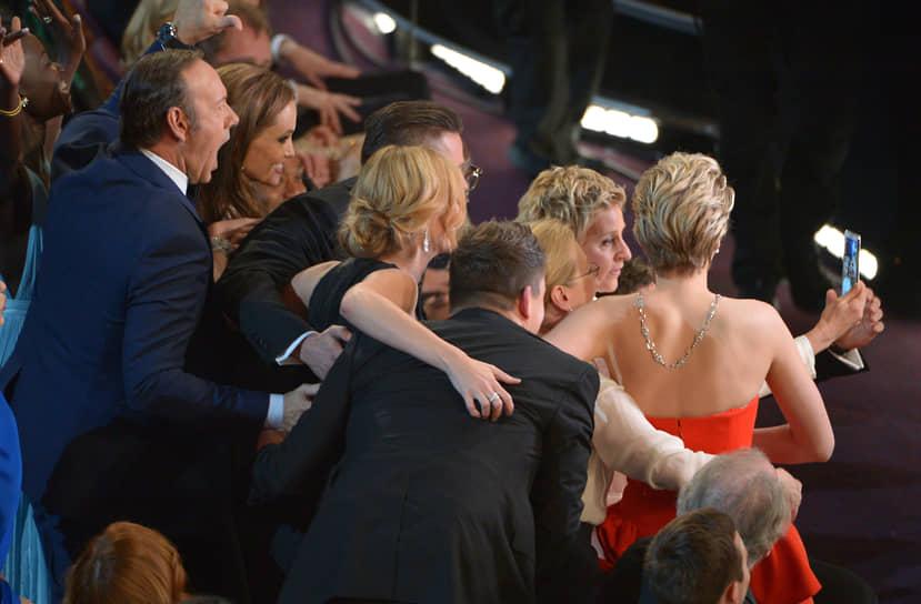 Слева направо: актеры Кевин Спейси, Анджелина Джоли, Джулия Робертс, Брэд Питт, Эллен Дедженерес и Дженнифер Лоуренс на церемонии вручения «Оскара», 2014 год