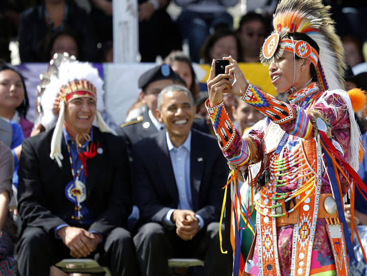 Президент США Барак Обама (в центре) и председатель племени резервации индейцев Стэндинг Рок Дэвид Аршамбо (слева), 2014 год