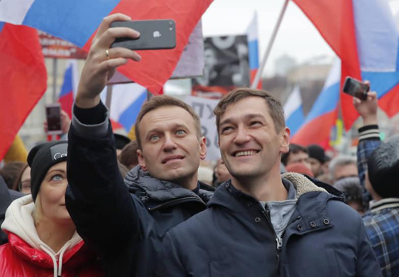 Оппозиционер Алексей Навальный с братом Олегом во время митинга памяти политика Бориса Немцова, 2019 год