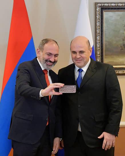 Премьер-министр России Михаил Мишустин (справа) и его армянский коллега Никол Пашинян во время встречи в Алма-Ате, 2020 год