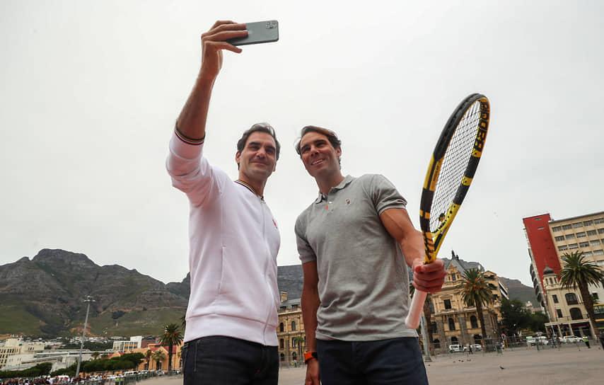 Теннисисты Роджер Федерер (слева) и Рафаэль Надаль во время фотосессии перед выставочным теннисным матчем в Кейптауне, 2020 год
