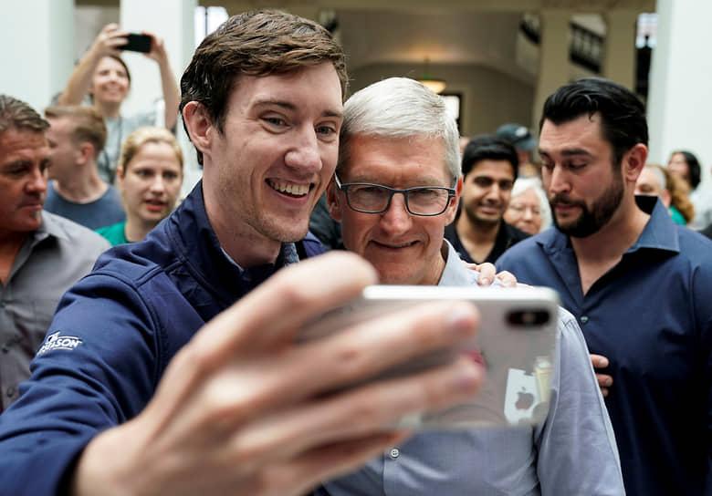 Генеральный директор Apple Тим Кук (справа) на торжественном открытии нового магазина Apple Carnegie Library, 2019 год
