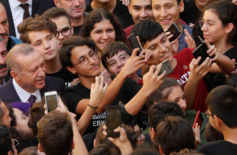 Президент Турции Реджеп Тайип Эрдоган во время посещения средней школы в Стамбуле, 2018 год