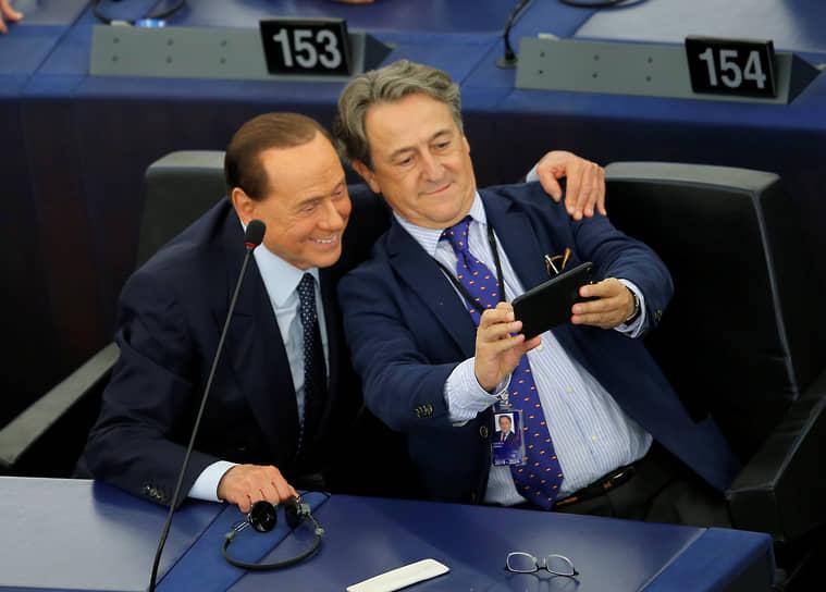 Депутат Европейского парламента Сильвио Берлускони (слева) во время пленарного заседания, 2019 год