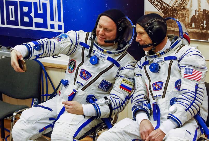 Члены экипажа МКС Олег Артемьев (Россия) и Эндрю Джей Фьюстел (США) перед полетом, космодром Байконур, 2018 год
