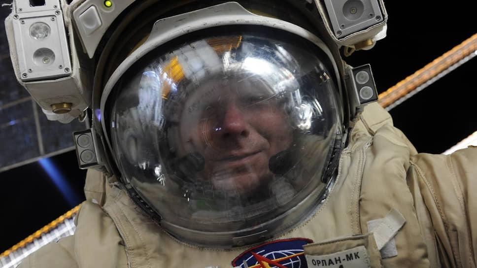 Российский космонавт Геннадий Падалка делает первое селфи в открытом космосе, 2016 год