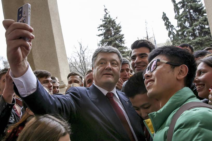 Президент Украины Петр Порошенко во время встречи со студентами Харьковского университета, 2015 год