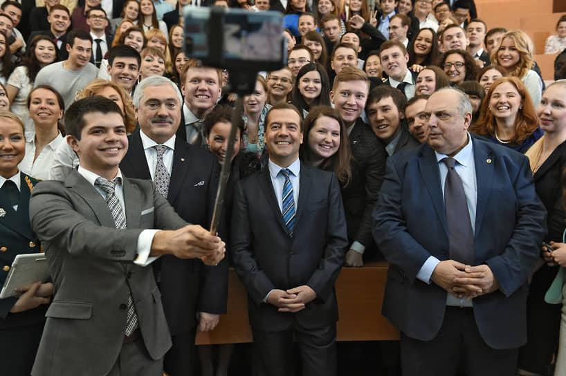 Ректор РГУ нефти и газа имени И.М.Губкина, профессор Виктор Мартынов (второй слева) и премьер-министр России Дмитрий Медведев (в центре) во время встречи со студентами, 2015 год