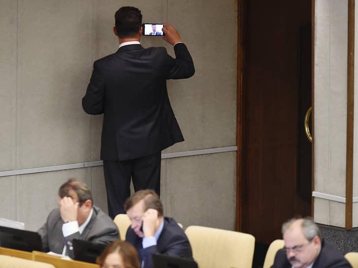 Член комитета Госдумы России по обороне Роман Романенко перед началом пленарного заседания, 2018 год