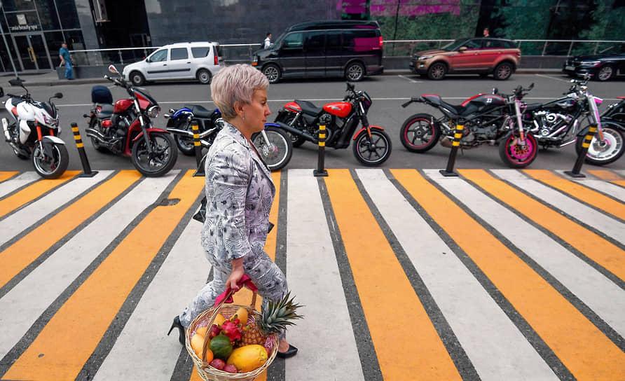 Москва. Женщина с корзиной на пешеходном переходе