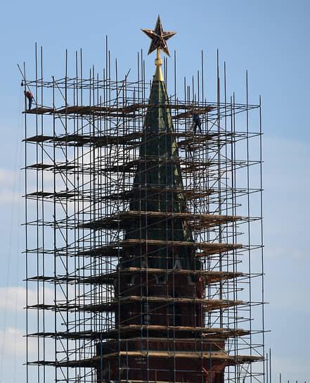 Москва, Россия. Строительные леса на башне Кремля