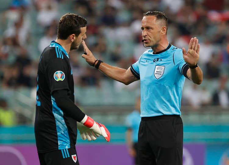 <b>Артур Диаш, Португалия</b><br>  Возраст: 41 год<br>  Рефери FIFA с 2010 года<br> В среднем за игру демонстрирует 2,69 желтой и 0,08 красной карточек <br> До чемпионата Европы 2020 судил только молодежные международные турниры