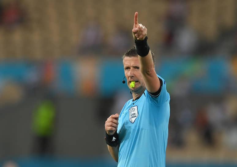 <b>Даниэле Орсато, Италия</b><br>  Возраст: 45 лет<br>  Рефери FIFA с 2010 года<br> В среднем за игру демонстрирует 3,76 желтой и 0,19 красной карточек <br> С 2012 является постоянным арбитром на матчах Лиги чемпионов и Лиги Европы. С 2015 года входит в категорию элитных арбитров УЕФА