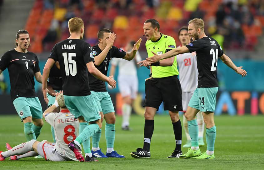 <b>Андреас Экберг, Швеция</b><br>  Возраст: 36 лет<br>  Рефери FIFA с 2013 года<br> В среднем за игру демонстрирует 1,63 желтой и 0,07 красной карточек <br> Офицер полиции. Занимается судейством с 13 лет, профессиональную карьеру рефери начал в 2004-м
