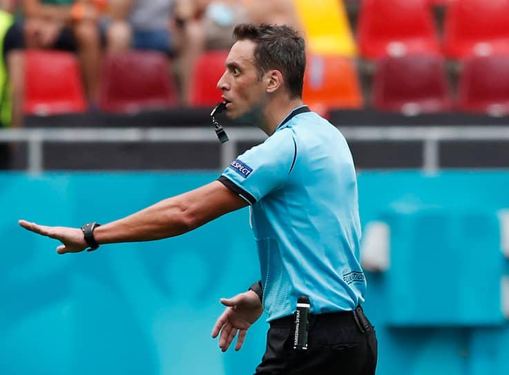 <b>Фернандо Рапальини, Аргентина</b><br>  Возраст: 43 года<br>  Рефери FIFA с 2014 года<br> В среднем за игру демонстрирует 2,3 желтой и 0,15 красной карточек <br> Первый южноамериканский рефери, который судит матчи УЕФА. Известен по работе на Кубке Либертадорес и в чемпионате Аргентины