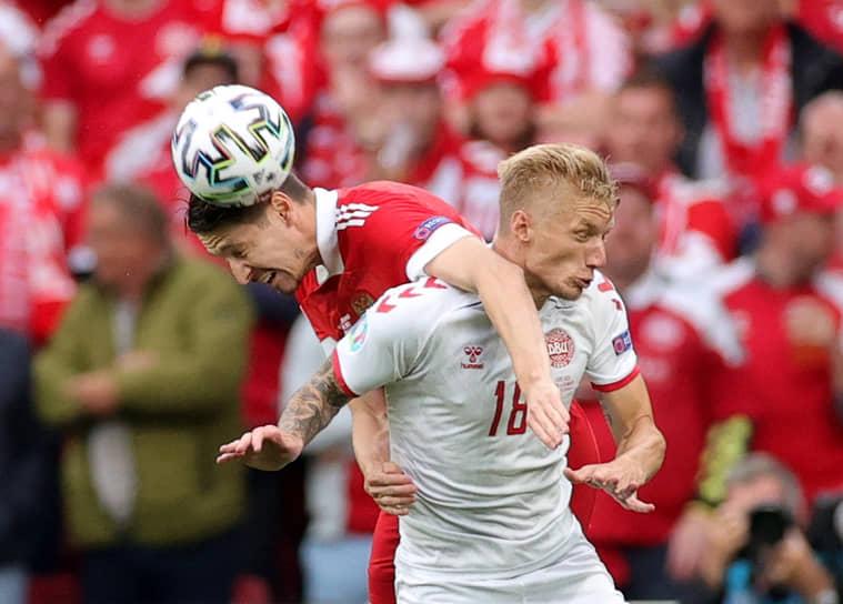 Нападающий сборной России Алексей Миранчук (слева) в борьбе за мяч с датским полузащитником Даниэлем Вассом