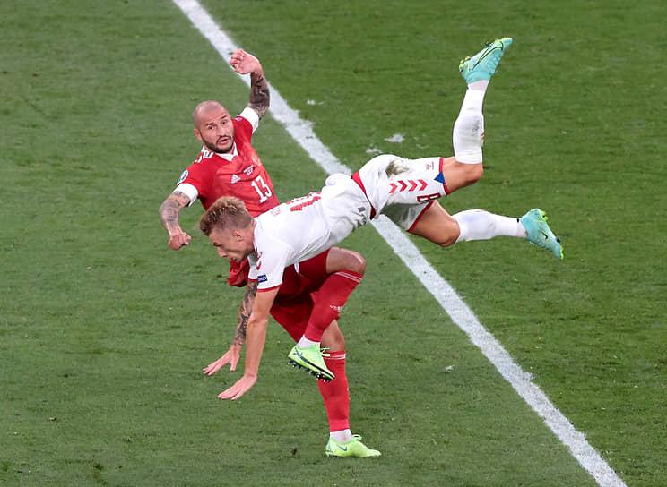 Россиянин Федор Кудряшов (слева) получил одну из трех желтых карточек в матче на 28-й минуте. На 57-й минуте предупреждение получил датчанин Томас Дилейни, на 75-й — россиянин Игорь Дивеев