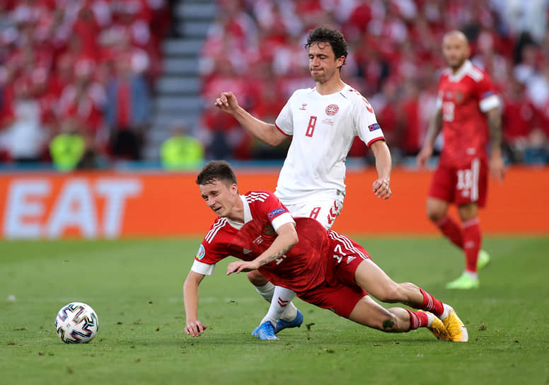Игрок сборной России Александр Головин (слева) и датский футболист Томас Дилейни