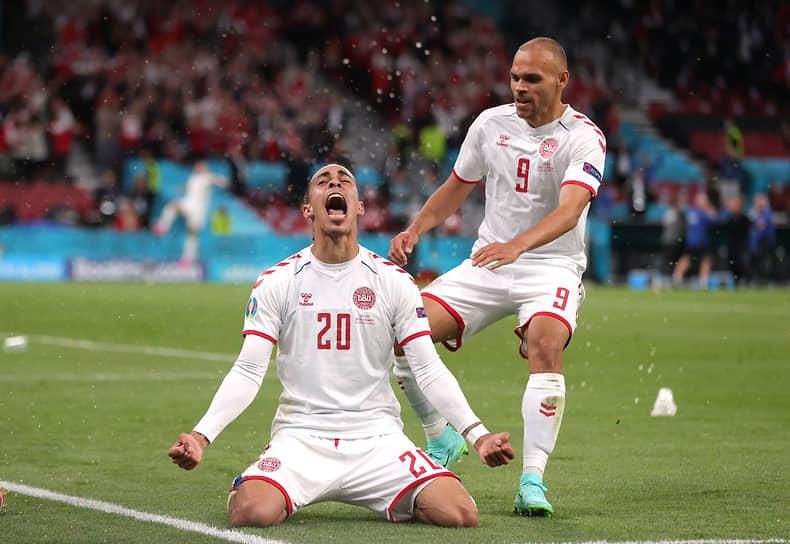 Датский полузащитник Юссуф Поульсен отмечает второй забитый гол в матче