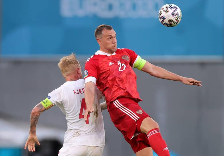 Артем Дзюба (справа) в борьбе за мяч с датским защитником Симоном Кьером