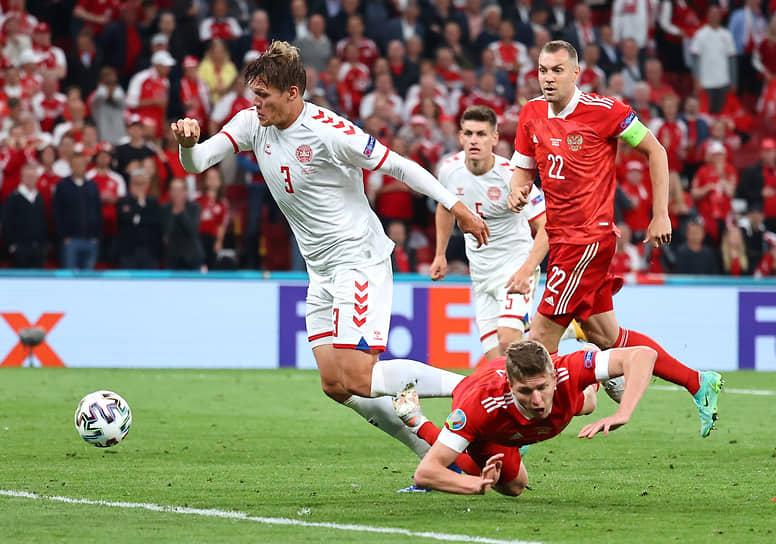 Падение нападающего сборной России Александра Соболева, в результате которого был назначен пенальти в ворота сборной Дании