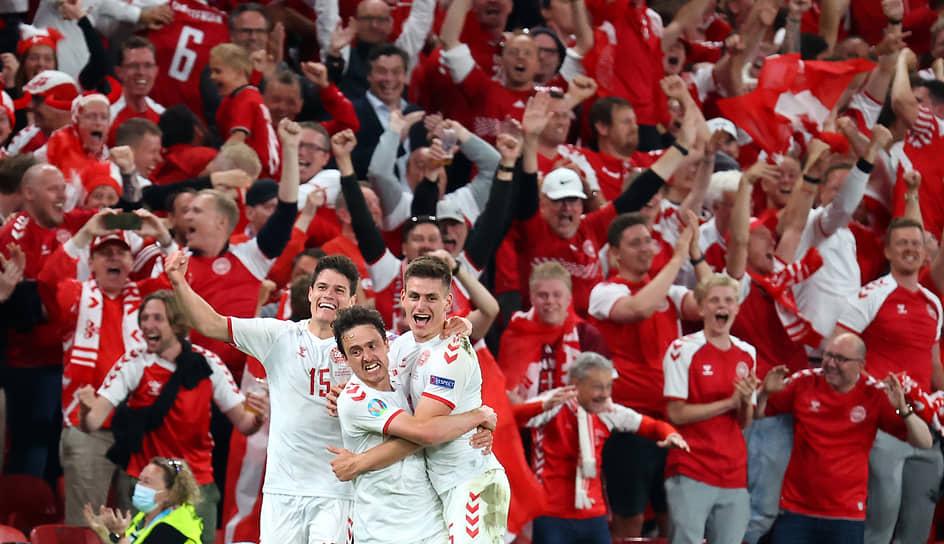 Футболисты сборной Дании отмечают четвертый забитый гол в ворота российской команды